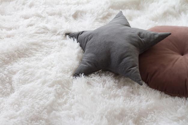 가벼운 침실, 가정의 편안함 개념, 복사 공간에 베개가있는 편안한 침대