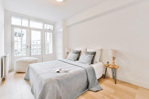 Удобные кровати в светлой спальне в светлой квартире.
