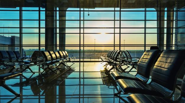 Комфортные скамейки в холле аэропорта