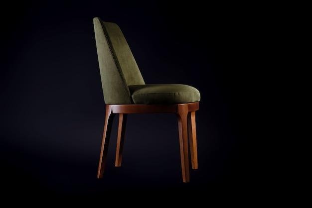 Удобное кресло с кожаной обивкой