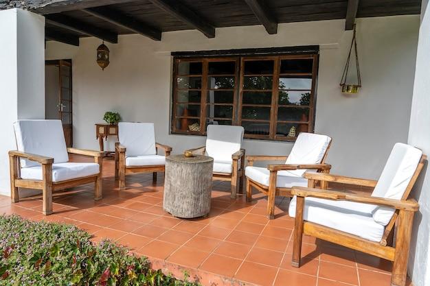 空のテラス、タンザニア、東アフリカの快適な椅子