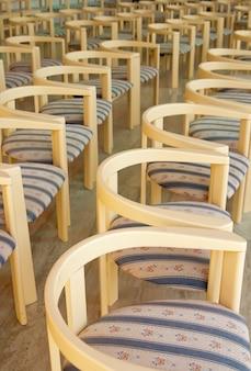 Удобные пустые текстильные стулья