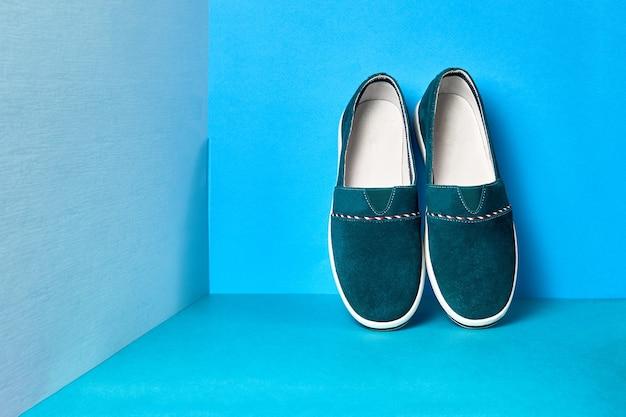 Удобная модная обувь на цветном фоне, место для текста