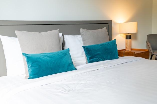 寝室のベッドの快適な枕の装飾
