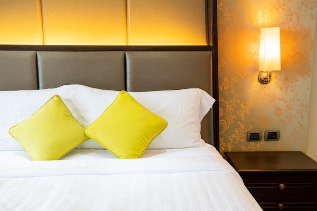 ベッドの上の快適な枕の装飾
