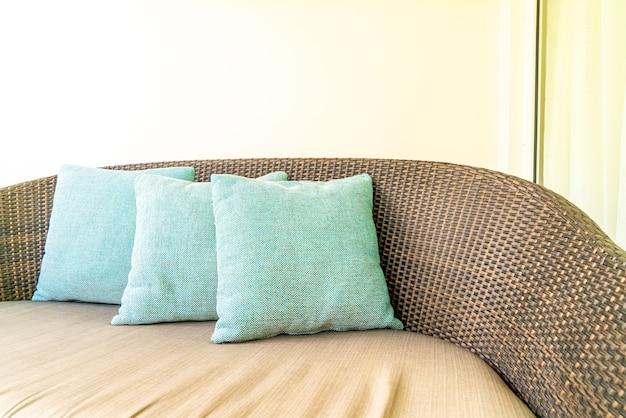 발코니의 파티오 의자에 편안한 베개 장식