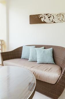 발코니의 안뜰 의자에 편안한 베개 장식