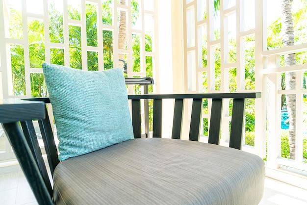 Удобное украшение подушки на стуле патио на балконе