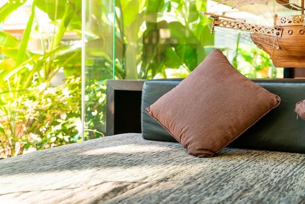 リラックスエリアゾーンのソファで快適な枕の装飾