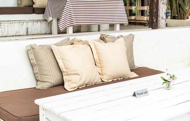 야외 테라스에서 편안한 베개