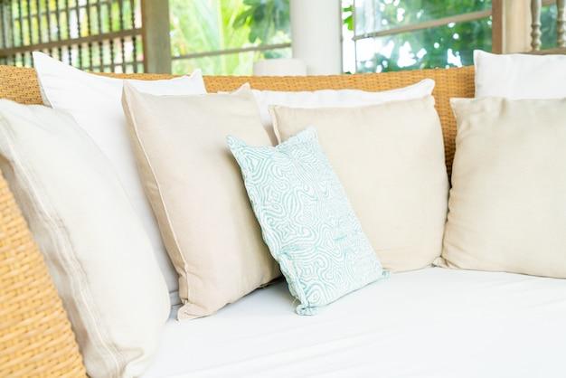안뜰 의자에 편안한 베개