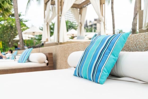 해변 근처 파빌리온에 편안한 베개-여행 및 휴가 개념