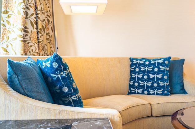 Удобная подушка на диване