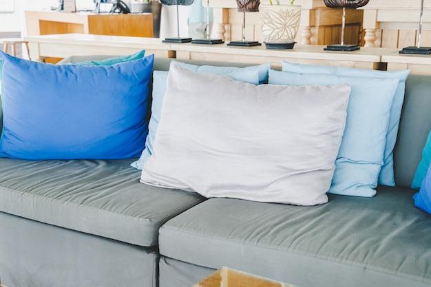 Удобная подушка на диван на открытом воздухе в патио
