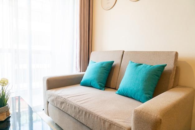 Удобное украшение подушек на диване в гостиной