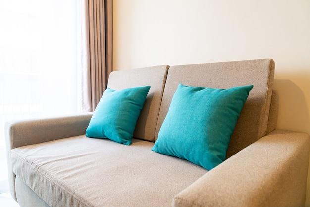 Украшение удобными подушками на диване в гостиной