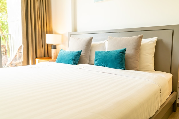 Удобные подушки на кровати