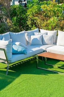屋外のテラスの椅子およびテーブルの快適な枕