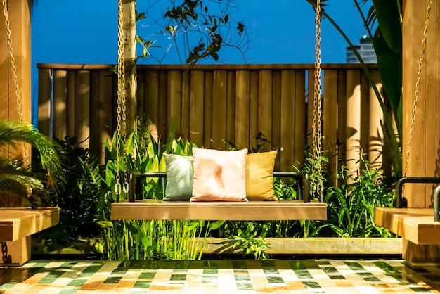 Удобные подушки на деревянных качелях