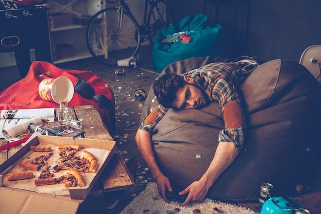 Удобное место, чтобы потерять сознание. молодой красивый мужчина потерял сознание от мешка с фасолью
