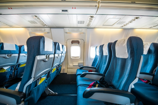 椅子の後ろにスクリーンがある巨大な航空機のキャビンの快適な座席