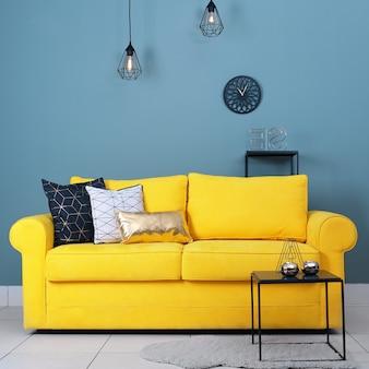 Удобный диван на зеленой стене