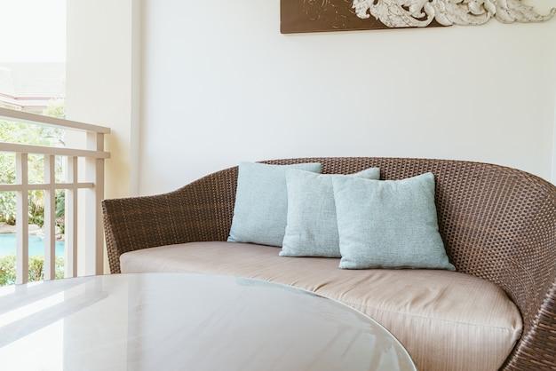 枕付きの快適なソファ