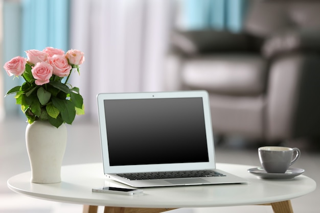 ノートパソコンを備えた自宅での快適な職場