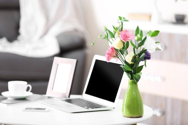 노트북으로 집에서 편안한 직장