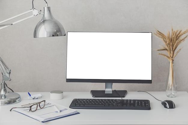 最新のコンピューターを備えた快適な職場