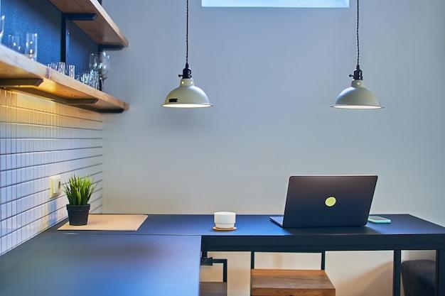 현대적인 로프트 인테리어에서 원격 온라인 작업을위한 편안한 작업 공간