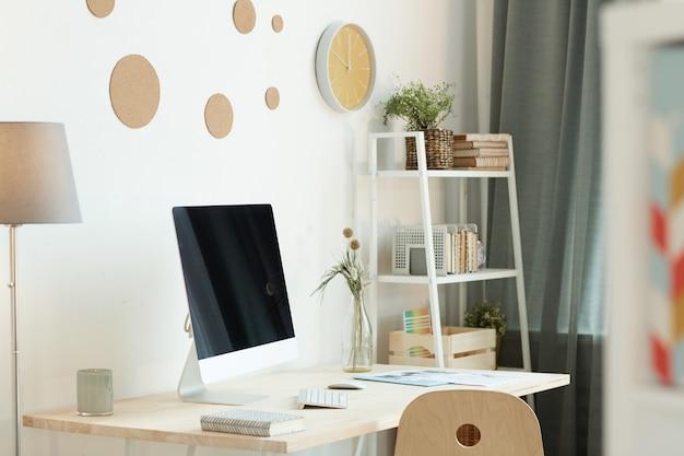 Комфортное рабочее место в современном помещении с модным интерьером при дневном свете, горизонтальное закрытие людей