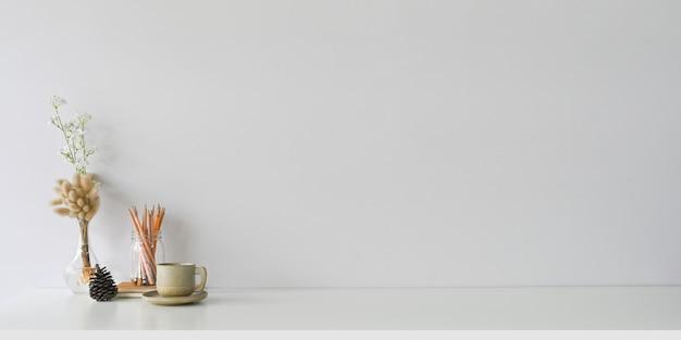 편안한 작업 공간은 세라믹 커피 컵과 액세서리로 둘러싸여 있습니다.