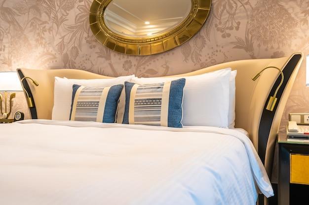 軽いランプの装飾とベッドのcomfotable枕