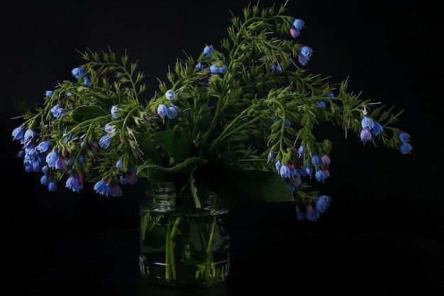 꽃다발에 수집된 유기농 약에 사용되는 comfrey 꽃 symphytum officinale