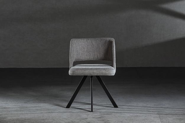 Удобное кресло с подголовником в столярной мастерской