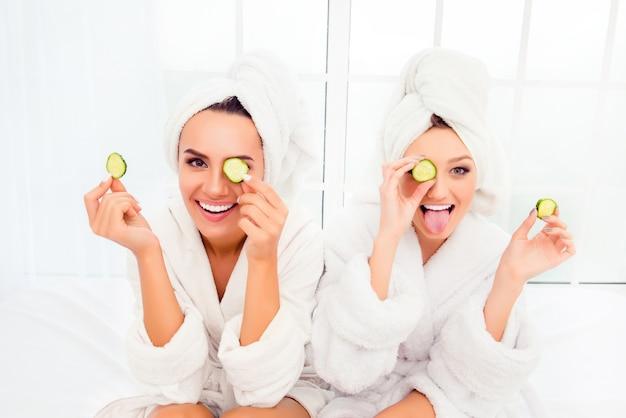 きゅうりでマスクを作るシャワーの後の漫画の若い姉妹