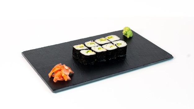 Comida japonesa suhi de maki de aguacate y pepino