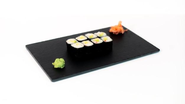 Comida japonesa suhi de maki de aguacate