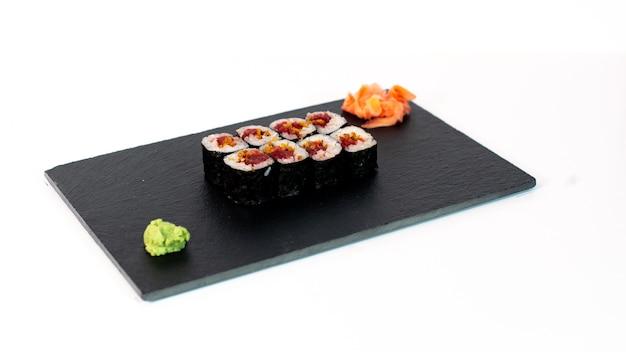 Comida japonesa suhi de maki de atún y cebolla