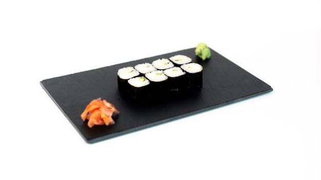 Comida japonesa suhi de maki de pepino