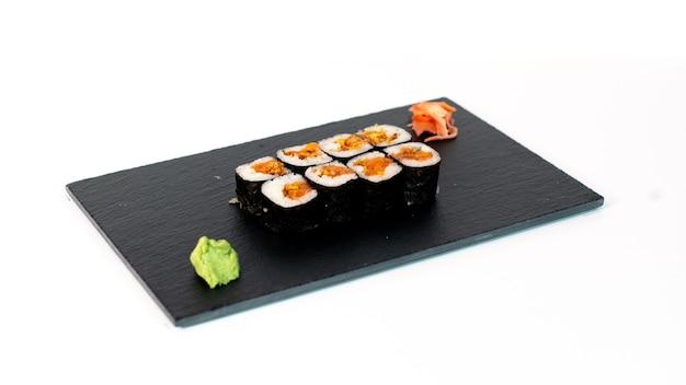 Comida japonesa suhi de maki de salmón y cebolla