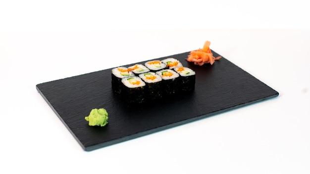 Comida japonesa suhi de maki de zanahoria y pepino