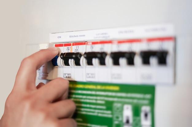 Командное отключение общей мощности дома или компании, концепция энергосбережения