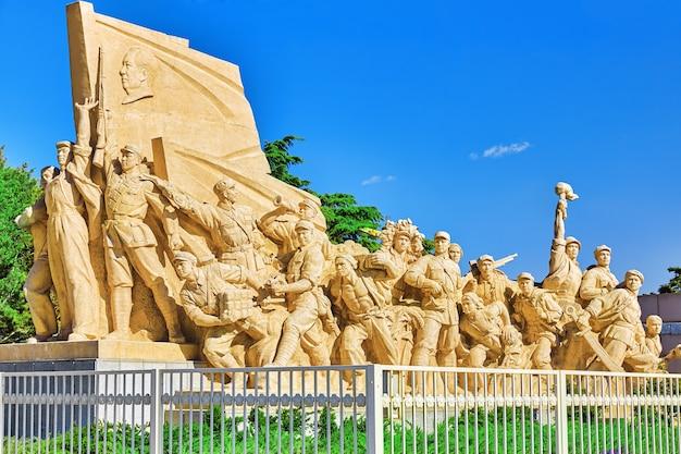베이징 마오쩌둥 묘 근처에 위치한 중국 혁명에서 투쟁하는 노동자들의 동상. 중국.