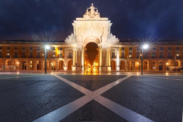 Торговая площадь ночью в лиссабоне, португалия