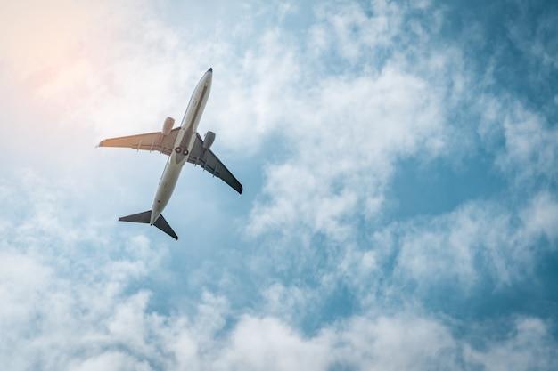 Коммерческая авиакомпания. пассажирский самолет взлетает в аэропорту с красивым голубым небом и белыми облаками. покидая рейс. начните путешествие за границу. отпуск. счастливой поездки. самолет летит на яркое небо.