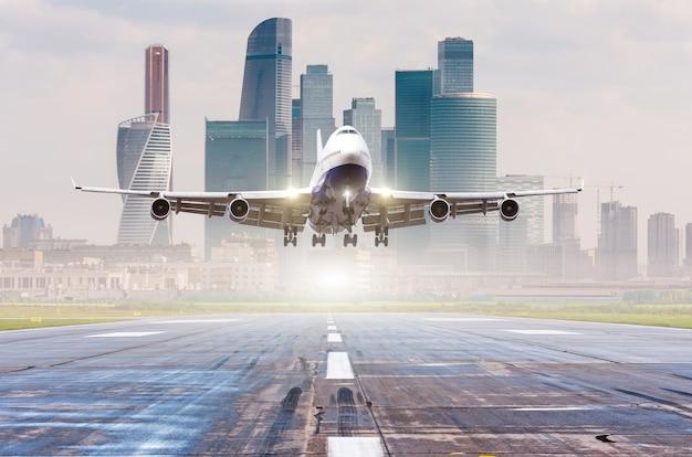 Реактивный авиалайнер коммерческого самолета приближается для посадки на взлетно-посадочную полосу