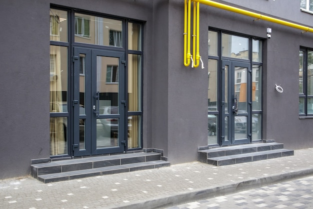 Commercial space for a shop or salon. construction primarily for shops, offices and commercial premises. sale and rental of real estate in a reference building. the apartment is on the first floor.