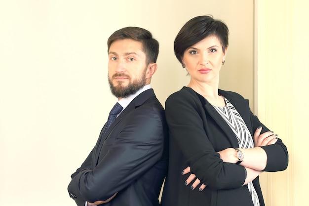 Приверженность и доверие к коллективу. деловые партнеры в офисе